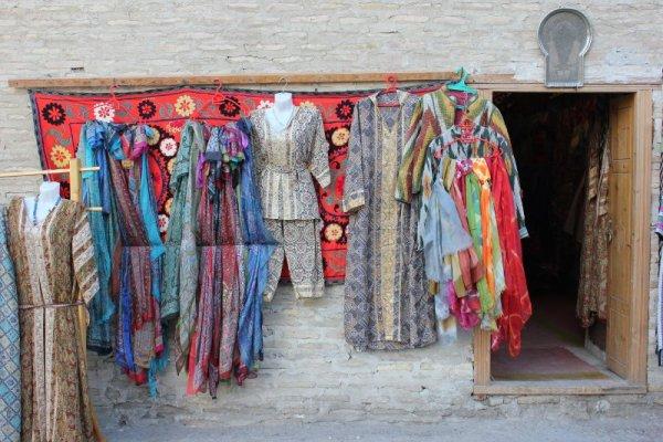 Negozio di stoffe e tessuti a Bukhara in Uzbekistan