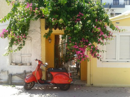 Vespa Piaggio bouganville Chania Creta