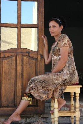 Donna indossa vestito tradizionale Uzbekistan