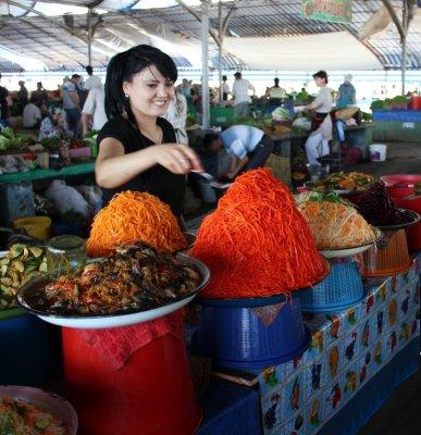 Venditrice di verdure al bazar Chorzu di Tashkent in Uzbekistan