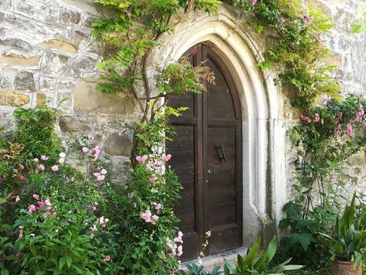 Porta di ingresso alla chiesa dei Santi Pietro e Paolo a Centa