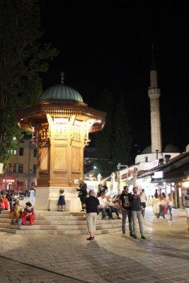 Veduta notturna Sebilj a Sarajevo