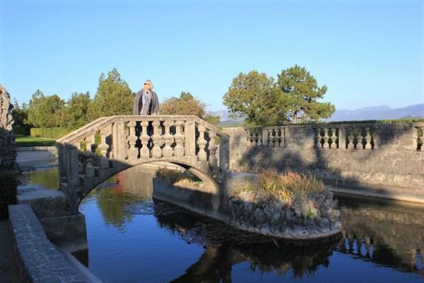 Ponte in pietra nel giardino Ferrari a Štanjel