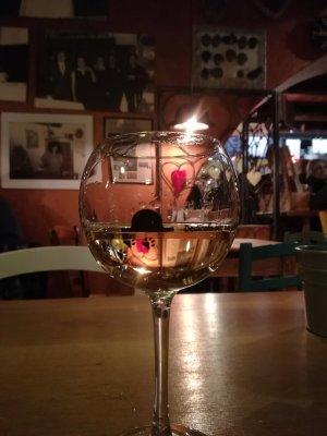 Calice di vino bianco alla osteria Al Cappello di Udine