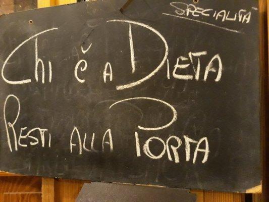 Cartello sulla porta d'ingresso dell'osteria Al Marinaio di Udine