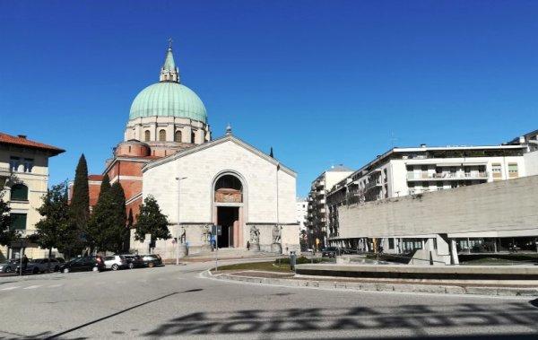 La facciata del Tempio Ossario di Udine