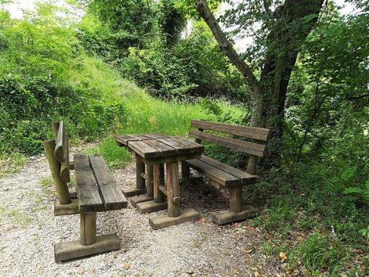 Panchina e tavolo in legno lungo il sentiero delle Vigne Alte Cormons