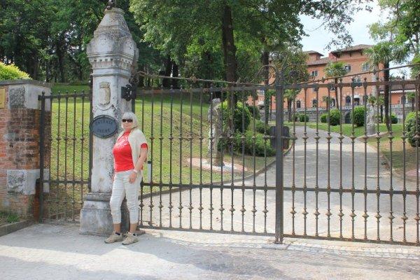 Portone di ingresso al Castello Spessa