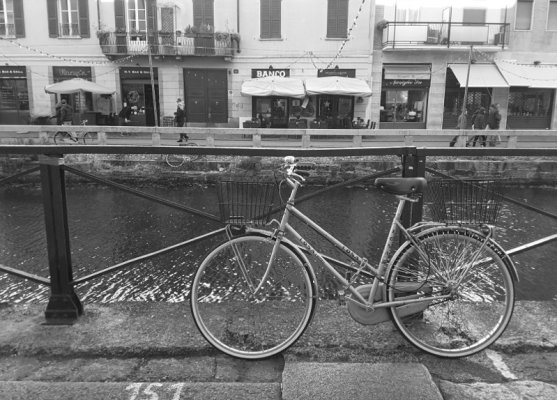 Bicicletta parcheggiata lungo il Naviglio Grande a Milano