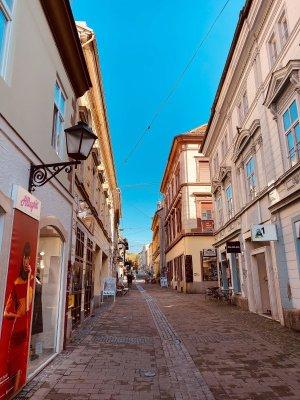 Un vicolo del centro storico di Maribor in Slovenia