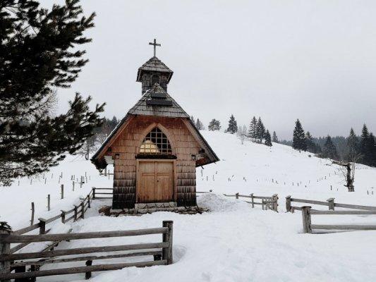 Chiesetta in legno nel parco del Triglav in Slovenia