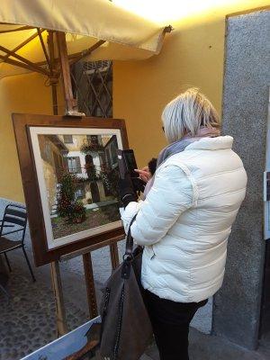 Un dipinto esposto sul Naviglio Grande a Milano