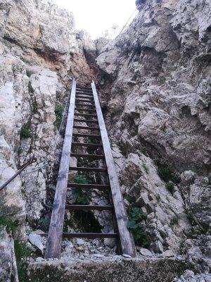 Scala metallica lungo la salita del sentiero Spinotti nelle Alpi Carniche