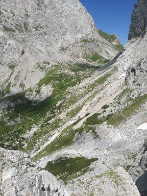 Il sentiero CAI 144 che conduce al Passo Volaia nelle Alpi Carniche