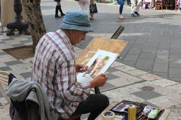 Artista in piazza IX Aprile a Taormina
