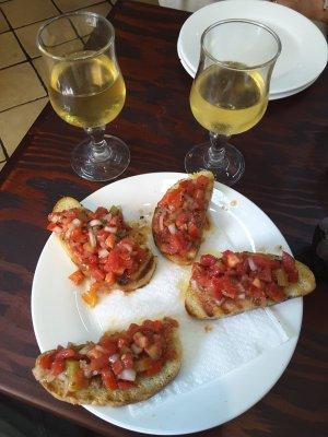 Bruschette e vino bianco in una osteria di Taormina