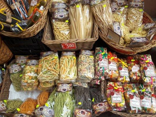 Scaffale di prodotti gastronomici in un negozio di Taormina