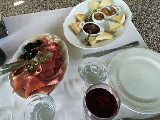 Degustazione di salumi e formaggi al Ristorante La Bottega a Volpaia nel Chianti