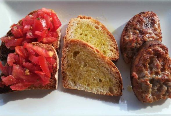 Crostini per la degustazione dei prodotti tipici nell'azienda Altiero nel Chianti