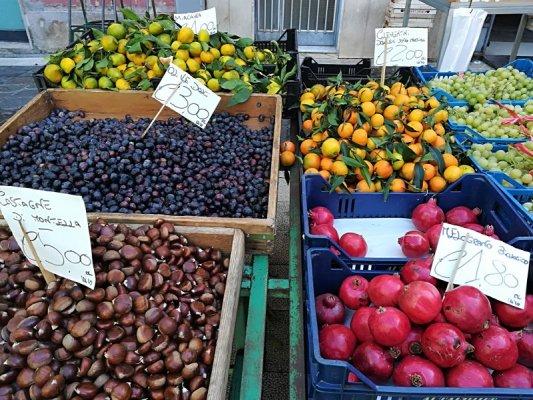 Mercato della frutta e della verdura di Piazza Ascanio Persio a Matera