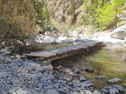 Una passerella in legno sul fiume Tarra nelle Gole di Samaria a Creta