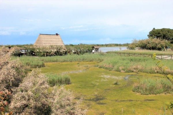 La laguna di Caorle con un caratteristico casone