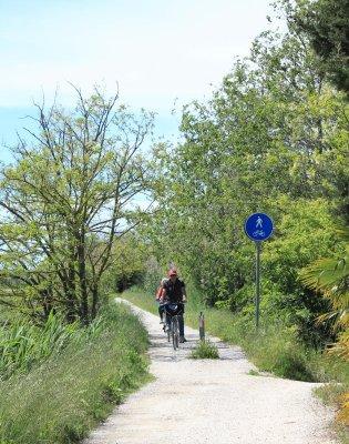 Pista ciclabile lungo il canale Nicesolo a Caorle