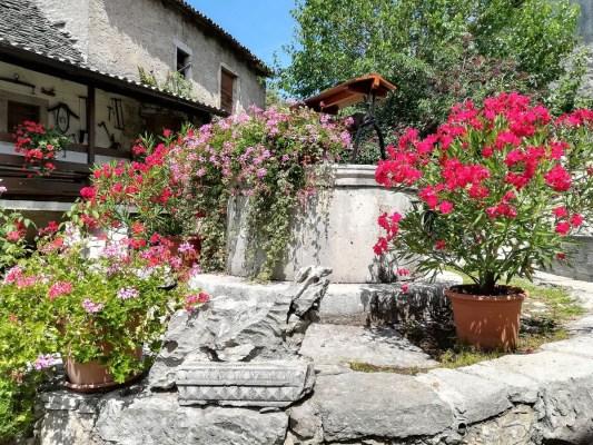 Il pozzo nel cortile dell'osmiza Rebula a Slivia