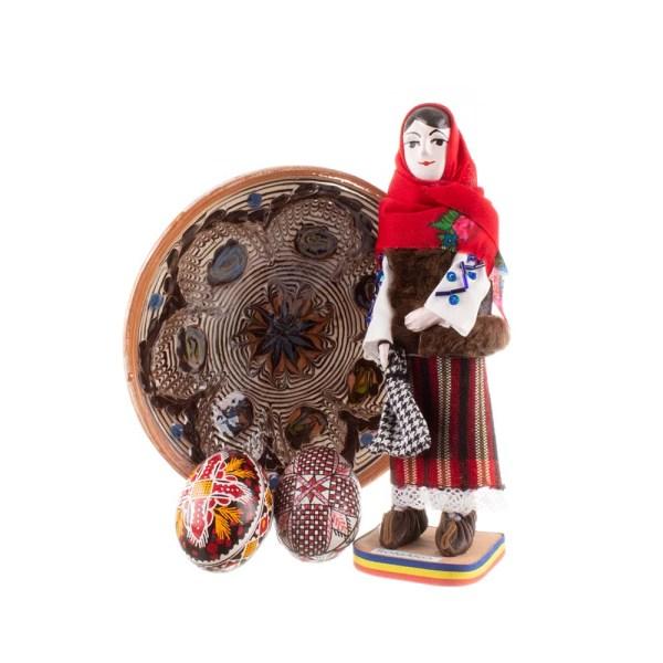 Pachet cadou de Paște cu farfurie de Horezu, 2 ouă încondeiate manual cu ceară și statuetă ceramică Bucovina