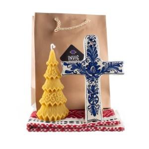 Pachet cadou de Craciun cu lumanare din ceara naturala, cruce de Corund si stergar traditional