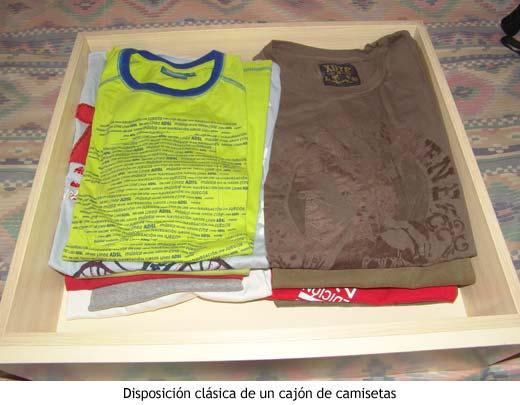 Un cajón de camisetas normal y corriente