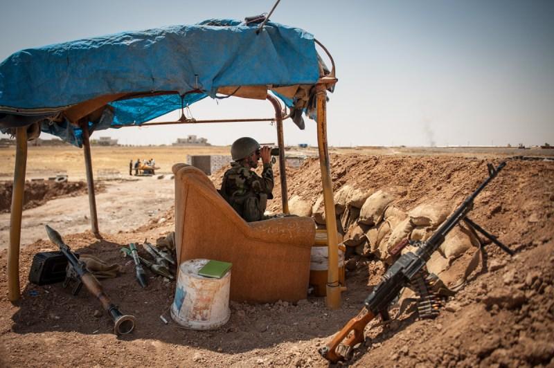 Κούρδος στρατιώτης παρακολουθεί με κιάλια τις θέσεις των σουνιτών του Ισλαμικού Χαλιφάτου στη Mosul. / Kurdish soldier is monitoring with binoculars the positions of Sunni terrorists in Mosul.