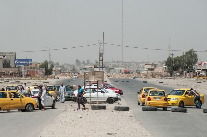 Οδοφράγματα στο δρόμο που έρχεται από την Mosul, από εδώ και πέρα η διέλευση γίνεται μόνο με τα πόδια. / Barricades on the road coming from Mosul, from here on the crossing is made only by foot.