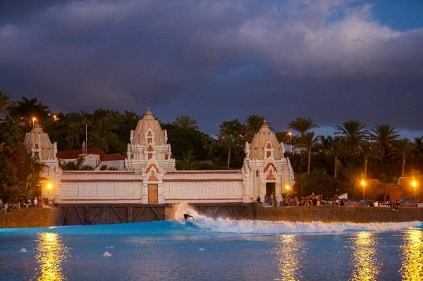 Esibizione dei migliori surfisti europei nella piscina a onde del Siam Park