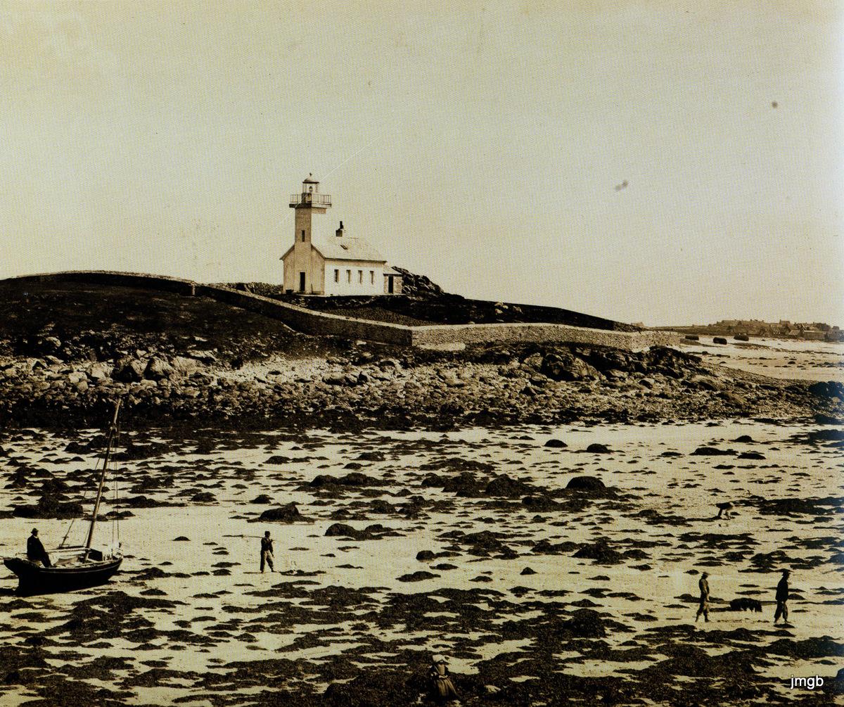 Site web : Aux grandes marées, le phare de lîle Vierge se met à sec.