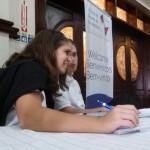 Dos jóvenes participan en un foro especial sobre los retos y nuevos escenarios de la juventud americana, el jueves 9 de abril en Ciudad de Panamá, en el marco de la VII Cumbre de las Américas.