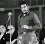 """Ernesto """"Che"""" Guevara, durante el famoso discurso que pronunció el 8 de agosto de 1961 en Consejo Interamericano Económico y Social, en la ciudad uruguaya de Punta del Este. Fue la última cumbre continental en que participó Cuba, en una exclusión que finalizará durante la VII Cumbre de las Américas, el 10 y el 11 de abril, en Ciudad de Panamá."""