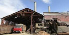 Mientras unos centrales comienzan a moler caña, otros realizan las reparaciones y ajustes finales de la maquinaria.