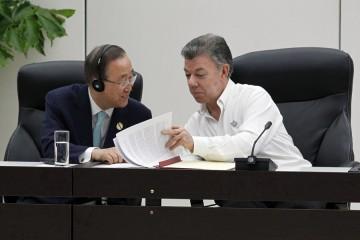 El secretario general de la ONU, Ban Ki-moon (izquierda) intercambia opiniones con el presidente de Colombia, Juan Manuel Santos, durante la ceremonia en la capital de Cuba, el 23 de junio, de la firma del acuerdo de cese al fuego definitivo entre el gobierno y la guerrilla de las FARC.