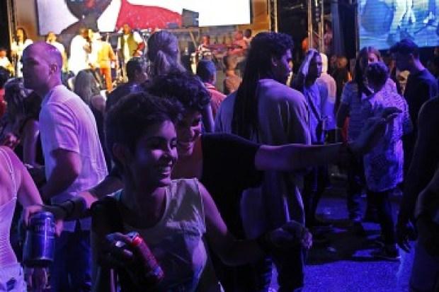 Dos jóvenes se divierten durante un festival en La Habana. El número de mujeres que gozan de autonomía económica crece cada año en Cuba.
