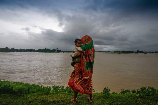 Displaced by the floods, a woman and her child walk along a road in southern Nepal. Photo: UNICEF Nepal/NShrestha