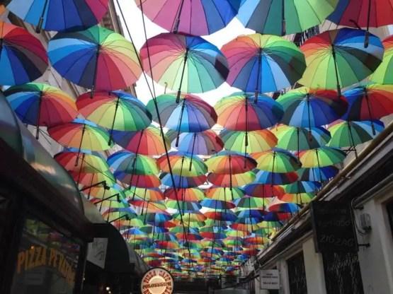 Liber la pozat pe cea mai colorată stradă din București- explozie de umbreluțe