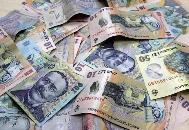 Cine face banii