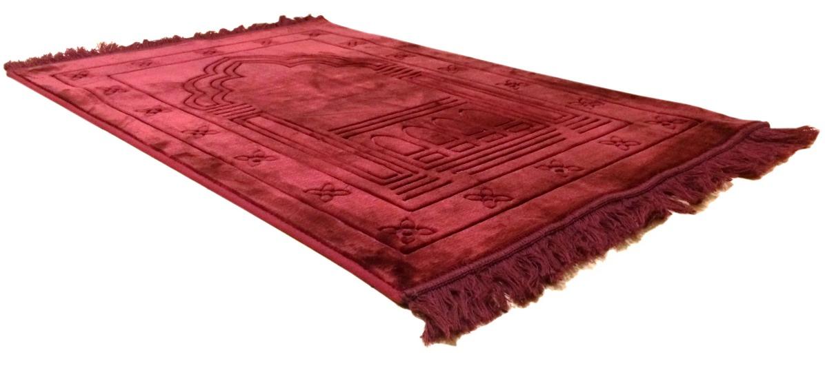 grand tapis de luxe epais couleur bordeaux avec dessins indiquant la direction de la qibla