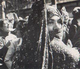 Donna velata marcia con le donne che si oppongono allhijab compulsorio (da iranian.com)