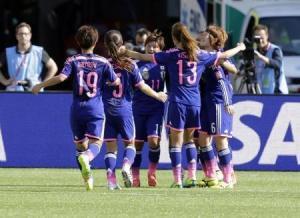 لاعبات منتخب اليابان سعيدات باحراز هدف في مرمى انجلترا يوم الاربعاء - رويترز