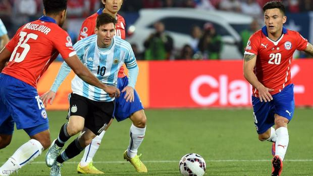 Argentina's forward Lionel Messi (C) vies for the ball with Chile's midfielder Jean Beausejour (L) and Chile's midfielder Charles Aranguiz during their 2015 Copa America final football match, in Santiago, Chile, on July 4, 2015. AFP PHOTO / PABLO PORCIUNCULA        (Photo credit should read PABLO PORCIUNCULA/AFP/Getty Images)