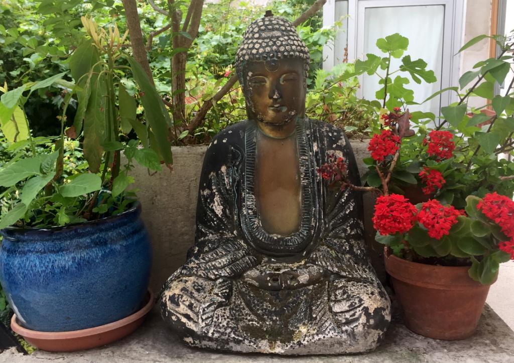 Bouddha assis dans un jardin