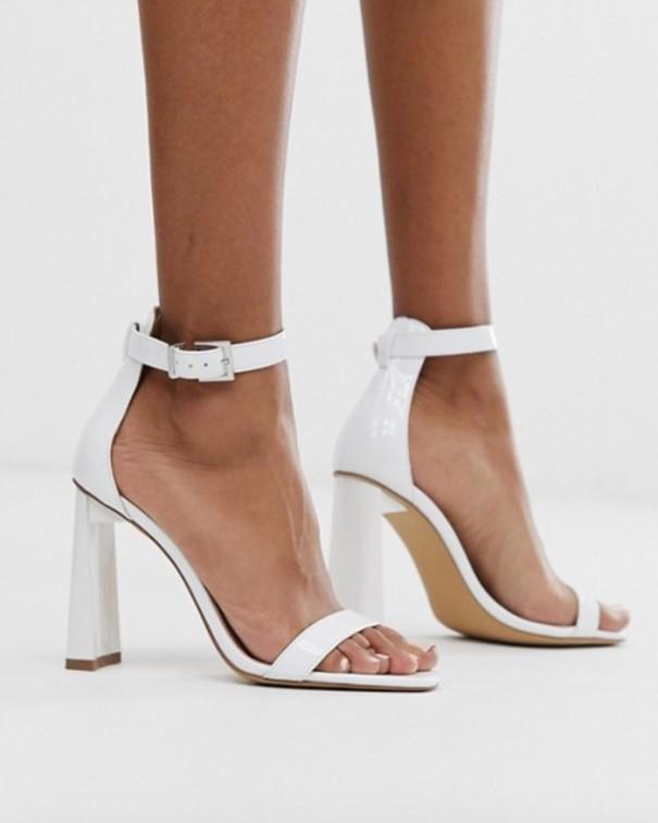 si ai tacchi sandali bianchi con tacco