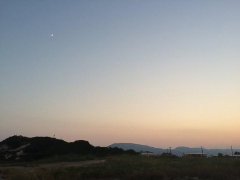 De maan hangt er al de hele dag!